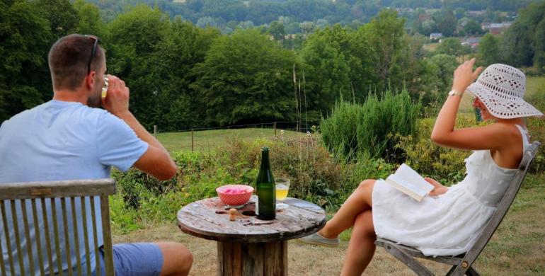 couple prenant l'apéro dehors en Thiérache