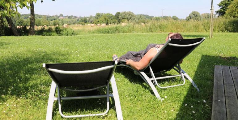 une femme sur sa chaise lognue en pleine campagne